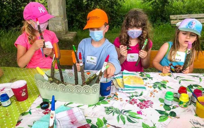 Kinder fertigen aus Stöcken Waldzwerge